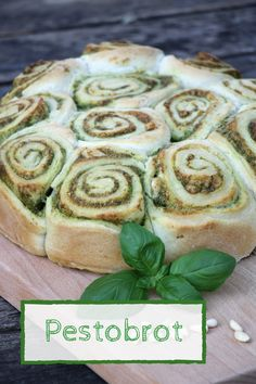 Rezept: Pestobrot als vegetarisches Barbecue - Rezepte diverse - Vegetarian Barbecue, Barbecue Recipes, Pan Pesto, Sandwich Vegan, Yeast Dough Recipe, Snails Recipe, Grilled Side Dishes, Grilling Sides, Grilled Bread