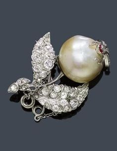 A 19th C. PEARL AND DIAMOND BROOCH-PENDANT, circa 1880. Charming small brooch modelled as a flower with 1 baroque natural pearl of ca. 13,5 x 12 mm with an applied bee set with diamonds, two small ruby-red colored stones as eyes. The leaves set with old European-cut diamonds and rose-cut diamonds. Total weight of the diamonds ca. 1.00 ct. The pendant-loop hinged.
