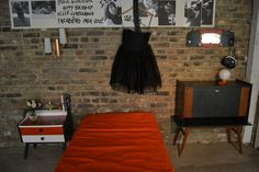 Lit + bar + table de chevet + applique murale +lampe boule à poser. Fifties Style, Fifties Fashion, Night Stand, Wall Sconce Lighting, Stream Bed