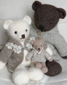 Cecilia-M's T- Vera family A whole family, father, mother and baby bear, all in natural colors. Daddy: Rowan British Sheep Breeds Chunky & Kidsilk Haze Mom: Lett Lopi & Rowan Kidsilk Aura Baby: Drops Alpaca The coat . Knitting Bear, Knitted Teddy Bear, Free Knitting, Teddy Bears, Knitting Toys, 3 Bears, Knitted Dolls, Crochet Toys, Knit Crochet