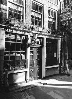 1972. Proeflokaal De Drie Flesjes at the corner Gravenstraat and Blaeustraatje in Amsterdam. #amsterdam #1972 #DrieFlesjes