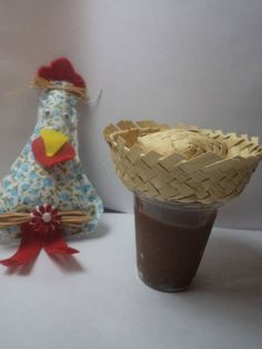 Copinho de acrílico 40ml com tampa decorada com mini chapéu de palha. Recheado de brigadeiro