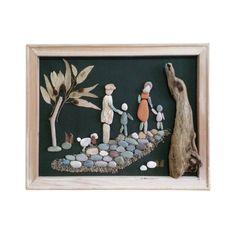 Il s'agit d'un galet unique art mural qui peut également se tenir sur n'importe quelle surface plane, entièrement fait de matériaux naturels non traités. Il contient des cailloux, feuilles, bois flotté, bois et coquillages recueillies par moi du bois et des plages du Mont Pélion, près de la ville de Volos, Grèce.  «Famille dans les bois» Ses dimensions sont de 40 X 30 cm.