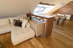 Barový pult navazuje na sedací soupravu a funkčně i opticky místnost rozděluje na kuchyňskou a obývací část - ProŽeny.cz