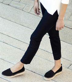 Die Corded Leather Espadrilles Black werden in Spanien von Hand gefertigt und zeichnen sich durch hohe Qualität und einen sehr minimalistischen Stil aus. Hier entdecken und kaufen: http://sturbock.me/BNm