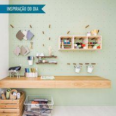 As perfurações permitem apoiar prateleiras e nichos para manter todos os materiais organizados, como uma pegboard