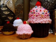 Loom knit cupcakes free pattern at https://app.box.com/shared/pggyecix6s