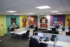 Die triste und Stromberg'sche Büro-Atmosphäre an seinem Arbeitsplatz in San Francisco, inspirierte Designer Ben Brucker kürzlich zu einer ziemlich kreativen Idee. Brucker beschloss die kahlen Wände seines Großraum-Büros etwas farbiger und freundlicher zu gestalten. Dazu plünderte der Designer das firmeneigene Bürobedarfslager, schnappte sich einige interessierte Mitarbeiter und Praktikanten und brachte mit ihnen, unter Einsatz von etwa 8000 verschieden farbigen Post-It... Weiterlesen