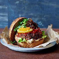 De ultieme meatfree burger, deze pittige burger met hummus en uienrelish. De burger maak je met quinoa, zwarte bonen en dadels en smaakt goddelijk in combinatie met hummus en uienrelish.    1. Rooster de ongekookte quinoa in een pan op laag tot... Indian Food Recipes, Vegetarian Recipes, Healthy Recipes, Healthy Food, Vegan Challenge, Food Website, Comfort Food, Food Porn, Vegan Dinners