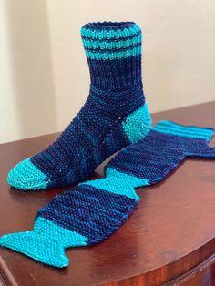 Crochet Socks, Knitted Slippers, Knitting Socks, Knit Crochet, Knitting Projects, Crochet Projects, Knitting Patterns, Two Needle Socks, Bed Socks