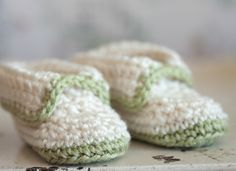 "Crochet Patterns Booties Original pinner said, ""Free Pattern Friday: Crochet Ivory & Green Booties"" Crochet Baby Clothes, Crochet Baby Shoes, Love Crochet, Crochet For Kids, Baby Blanket Crochet, Learn Crochet, Crochet Baby Booties Tutorial, Booties Crochet, Crochet Slippers"