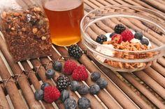 Bom dia gente gira! Iogurte, frutos vermelhos, um fios de mel e a granola da Doce Papoila.  Verdadeiramente delicioso!