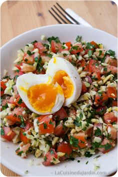 Salad with tomato, zucchini, parsley and soft-boiled egg Salade composée tomate, courgette, persil et oeuf mollet Quinoa Salad Recipes, Salad Dressing Recipes, Healthy Recipes, Zucchini Salad, Quinoa Benefits, Salad Bar, How To Cook Quinoa, Easy Cooking, Easy Dinner Recipes