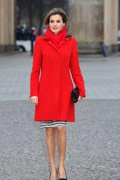 Königin Letizia von Spanien in leuchtendem rotem Mantel als kräftiger Kontrast zu einem schwarz-weißen Rock. Das gesamte Outfit, das Letizia bei ihrem Berlinbesuch trug, ist von Boss.
