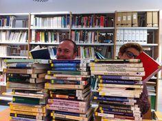 """Aunque este selfi entró tarde, no queríamos dejar de compartirlo con vosotros. """"Ratones de Biblioteca. Pixie y Dixie en la Biblioteca Campus Norte"""". #Díadellibro2015 Pixie, Bookcase, Book Worms, Teachers, Libraries, Norte, Studio, Book Shelves, Bookshelves"""