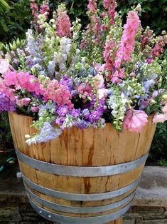 40 inspirations pour un jardin anglais english garden wine barrel planter Flower Garden, Plants, Cottage Garden, Front Yard Landscaping, Barrel Planter, Beautiful Flowers, Garden Inspiration, Container Gardening, Garden Containers