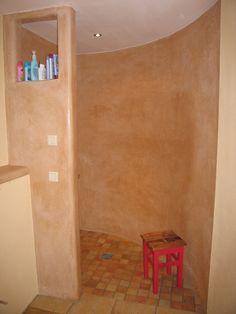 Andere Seite desselben Badezimmers: Duschhalbschnecke.  www.tadelakt-profi.de