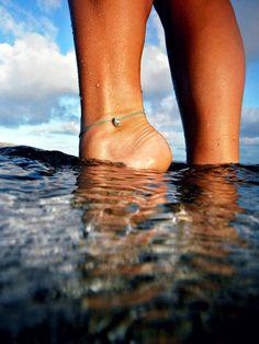 夏アクセ、と言えば真っ先に思い浮かぶのは何ですか?夏、海、裸足・・・とくればもうおわかりですね♡素足にアンクレットは夏の鉄板コーデ☆今回は、ひもやコードを使った簡単アンクレットの作り方やアイデアをどどーんとご紹介しちゃいます!