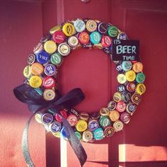 These DIY wreath make for some great home décor/decoration around the house as conversation pieces. It can easily be crafted [. Beer Bottle Crafts, Beer Cap Crafts, Bottle Cap Projects, Cork Crafts, Diy Crafts, Craft Beer, Beer Cap Art, Bottle Cap Art, Upcycled Crafts