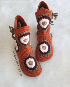 Fotoğraf açıklaması yok. Crochet Shoes, Crochet Slippers, Easy Crochet Projects, Shoe Pattern, Tapestry Crochet, Baby Knitting Patterns, Baby Shoes, Fashion, Gloves