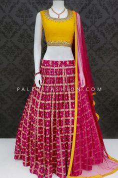Dress Indian Style, Indian Outfits, Indian Clothes Online, Fancy Dress Design, Lehnga Dress, Plain Saree, Silk Saree Blouse Designs, Ghagra Choli, Indian Lehenga