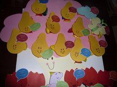 Tante Pereboom ale basis voor een traktatie op het kinderdagverblijf.   Met gekleurd papier de verschillende Woezel en Pip figuren uitgeprint en geplakt op de traktatie. Elke traktatie met dubbelzijdig tape weer geplakt op de boom.
