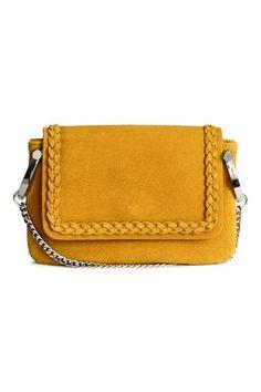 5e80de1740 Petit sac bandoulière en imitation cuir à la surface réalisée en cuir  régénéré. Modèle avec