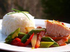 Limemarinert laks med wokede grønnsaker og ris