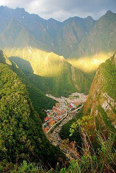 ペルー:アグアスカリエンテス The town of Aguas Calientes seen from Putukusi Mountain, Peru