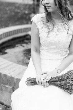 beautiful bridal shooting wirh lavender bouquet in Vienna - by lichtpixel/Karin Molzer