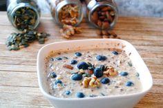 havermout ontbijt met noten, zaden en bosbessen copy