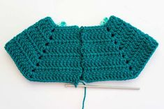 Marque-pages Au Crochet, Crochet Bolero, Crochet Baby Cardigan, Crochet Girls, Crochet Shoes, Crochet Clothes, Crochet Stitches, Crochet Square Patterns, Baby Knitting Patterns