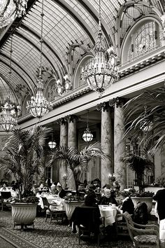 At the turn of the century, glamorous citizens enjoyed high tea in the Palace Hotel San Francisco, A Luxury Collection Hotel. One of the oldest establishments in the city, the hotel still hosts beautiful receptions in its perfectly appointed dining room. Hotels San Francisco, Palace Hotel San Francisco, San Francisco California, California Usa, The Places Youll Go, Great Places, Places To Go, Beautiful Places, Foto Madrid