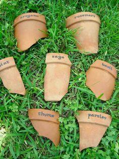 pots d'argile cassé transformé en étiquettes pour jardin