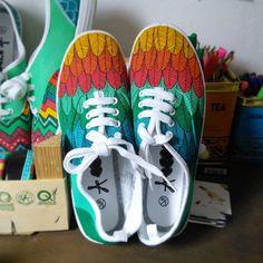 Zapatillas pintadas a mano Plumas por VeraBaum en Etsy, €34.00