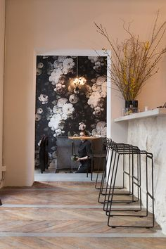 The black and white floral wallpaper is gorgeous. I wonder how hard it would be to blow up a photo I've taken and turn it into something like this. Le Mordant, 61, rue de Chabrol, 75010 Paris.