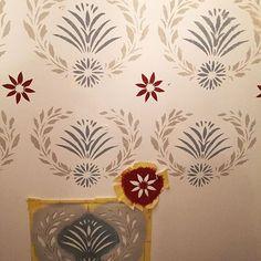 Shablongmålning på gång #renovering #livetpålandet #byggnadsvård #schabloner #schablonmålning #trappa