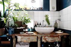 Ins Badezimmer hat der Designer einen Malertisch aus dem Keller geholt. Darauf hat er dann das Waschbecken montiert.