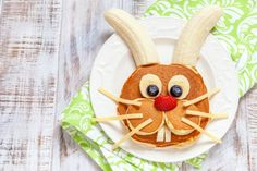 Brunch Ideas Discover How to Make Easter Bunny Pancakes - DIY Candy What do you think of these Easter pancakes? Is this not the cutest bunny face ever? Kids will love these on a holiday morning. Check out our bunny butt version too! Easter Dinner, Easter Brunch, Easter Table, Easter Party, Kreative Snacks, Breakfast For Kids, Breakfast Ideas, Brunch Ideas, Brunch Recipes