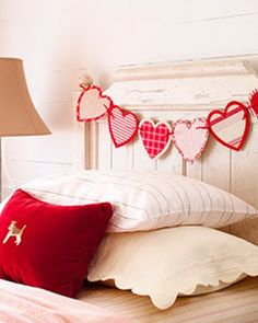 15 DIY Bedroom Decoration for a Romantic Valentine's Day Who would've thought that Valentine brought home could be way more romantic? Here are 15 handmade bedroom decoration ideas for a memorable Valentine. Red Valentine, Easy Valentine Crafts, Valentines Day Decorations, Happy Valentines Day, Valentine Banner, Heart Decorations, Saint Valentine, Funny Valentine, Kids Valentines