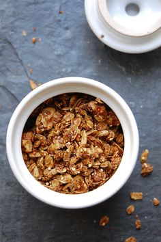 palate/palette/plate:MOLASSES GRANOLA1 1/2 cup rolled oats, 1/4 cup raw quinoa 1/4 cup golden flaxseed meal 1/2 cup crushed walnuts 2 Tbsp flaxseeds 2 Tbsp sunflower seeds 2 Tbsp olive oil 2 Tbsp maple syrup 1 Tbsp + 1 tsp molasses - Lasts several weeks in an airtight container/jar.