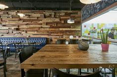 Jedzenie to uczta zmysłów. To smak, zapach i wygląd. Pyszne potrawy powinny być połączone z pięknym wystrojem wnętrza. My polecamy stylowe wnętrze z klasą , w którym gości stare drewno naszej produkcji ;).  #regaliapm #drewno #staredrewno #wnętrze #interior #restauracja #pomyslnawnetrze #pinterist www.regalia.eu