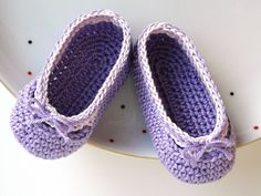some of the sweetest babyshoes I´ve ever seen!    Farben: flieder / helles lila, rosa    Sofort erhältlich in Größe 15/16 (Länge 9,5 Ballerinas, Baby Ballerina, Crochet Shoes, Niece And Nephew, Kind Mode, Baby Shoes, Slippers, Nifty, Pastels
