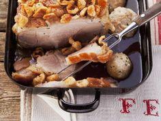 Knuspriger Schweinebraten und Semmelklößen ist ein Rezept mit frischen Zutaten aus der Kategorie Schwein. Probieren Sie dieses und weitere Rezepte von EAT SMARTER!