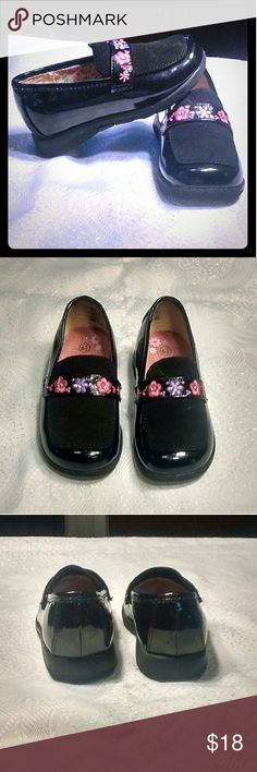 Beautiful Black Shoes. Size 6.5 Girl's Smartfit black shoes with flowers adding the beauty to them. Shoes are in perfect condition worn only couple times. Size 6.5  (146) Smartfit Shoes Dress Shoes