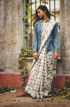 Denim jacket is a must have piece in a wardrobe which can be styled in so many ways. Try Denim Jackets With Saree to create a fusion look as on Threads. Saree Wearing Styles, Saree Styles, Blouse Styles, Stylish Blouse Design, Fancy Blouse Designs, White Saree Blouse, Saree Jacket Designs, Sleeveless Denim Jackets, Indie