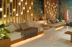Linda ideia para iluminar a varanda. Afaste a divisória do sofá e use velas no copo ou mantenha a divisória perto e use pequenas luminárias elétricas. Debora aguiar salas - Pesquisa Google