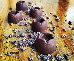 Bombones de cacao y aceite de coco. 4 cucharadas de aceite de coco - 3 o 4 cucharadas de cacao en polvo - 2 cucharadas de miel - 5 gotas de estevia (nosotros usamos la con sabor a caramelo) - Ingredientes opcionales: Cacao nibs, nueces, coco rallado, pasas, avellanas, etc.