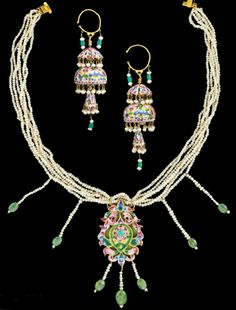 Iran | A Qajar enamlled gold necklace with matching earrings | ca. 19th century | Pendant of cusped ogival form set on a green enamelled back, with central inverted drop shape surrounding rosette with turquoise inset centre and plain green border, around this a band of cut scrolling leaves with trefoil palmettes at top and bottom, three seed pearl and green stone suspensions below, suspended on 6 chains of seed pearls.