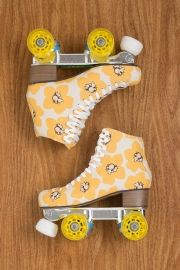 Is roller skates are so cute yellow Luv 💛 Roller Derby, Retro Roller Skates, Roller Skate Shoes, Quad Roller Skates, Roller Disco, Roller Skating, E Skate, Skate Girl, Retro Vintage